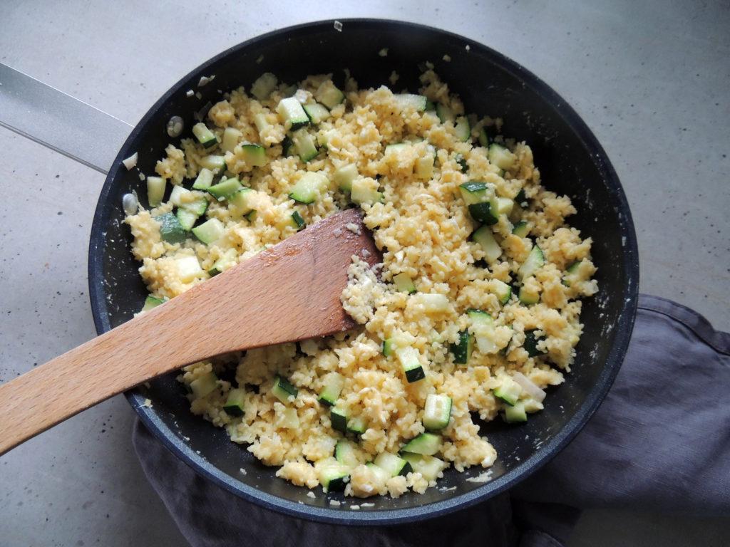 Príprava miešaných vajec s kus kusom