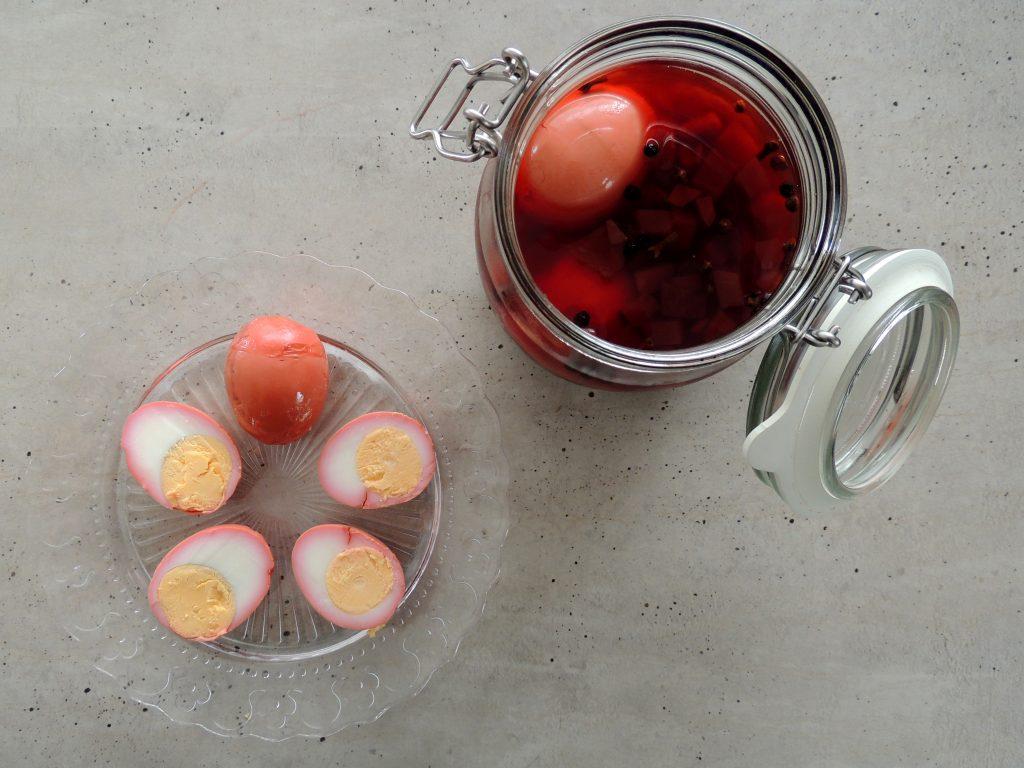 Vajcia nakladané v červenej repe
